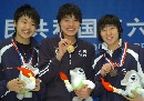 图文:女子100米自由泳决赛 领奖台上三朵小花