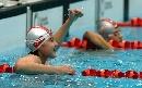 图文:女子100米自由泳决赛 喜悦小将庆祝手势