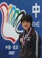 图文:六城会女子100米自由泳 冠军唐奕领奖