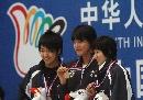 图文:六城会女子100米自由泳 三美女领奖微笑