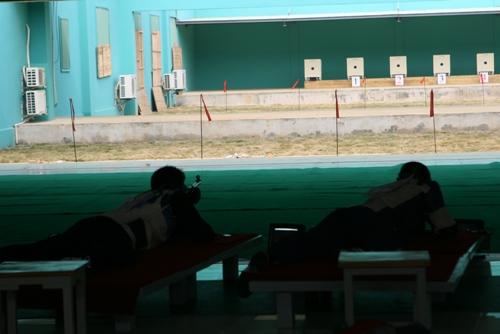 城运会男子卧射曹逸飞夺冠 王义夫现场观看比赛