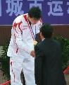 图文:乒乓球男单颁奖仪式 陆元盛为马龙发金牌