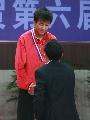 图文:乒乓球男单颁奖仪式 陆元盛为吴颢发银牌