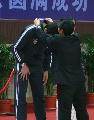 图文:乒乓球男单颁奖仪式 陆元盛为旭昕发银牌