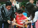 图文:六城会乒乓球赛 郭跃为球迷签名