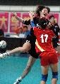 图文:城运会女子手球决赛上海胜广东 双方拼抢
