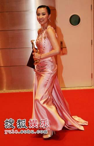 刘嘉玲成功封后,并成为本届金鸡奖最出风头的女星。