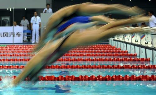 图文:城运会游泳比赛 女子50米自由泳预赛出发