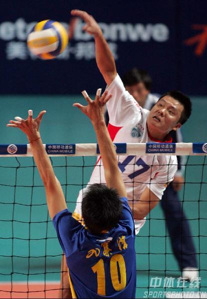 图文:男排联赛上海3-1胜四川 捕捉扣球瞬间