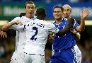 图文:[英超]切尔西6-0曼城 兰帕德与对方争执