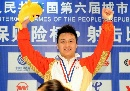 图文:男子10米气手枪比赛 冠军王智伟举臂庆祝