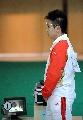 图文:男子10米气手枪比赛 王智伟特写帅气十足