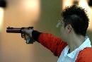 图文:男子10米气手枪比赛 举枪待发毫不手软