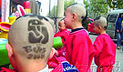 小孩被理发师剃了个奥运头