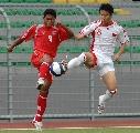 图文:[世界杯]缅甸VS国足 蒿俊闵拼抢