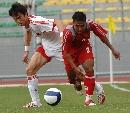 图文:[世界杯]缅甸VS国足 吴伟安比赛中拼抢