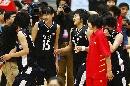 图文:城运会女篮决赛南京夺冠 被摄象机包围