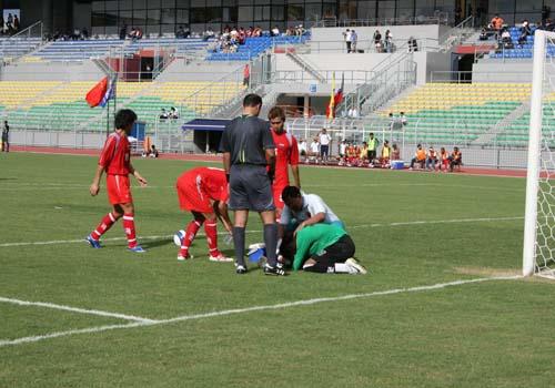 图文:[世界杯]中国4-0缅甸 紧急救治