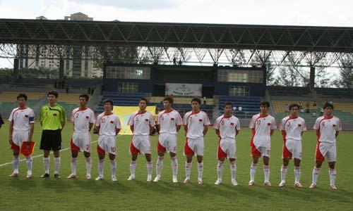 图文:[世界杯]中国4-0缅甸 聆听国歌