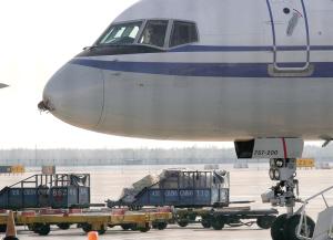 首都机场内,一架国航飞机的机头雷达部位被击中。本报实习生 张魁 摄