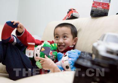 贝贝最钟爱的玩具是福娃 竞报记者 李昊/摄