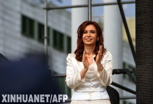 在阿根廷首都布宜诺斯艾利斯,阿根廷执政党总统候选人、现任总统