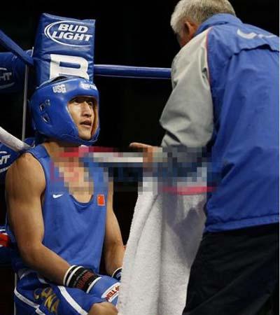 中国拳击队总教练张传良在比赛现场为邹市明做战术布置