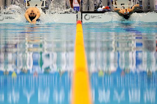 男子 混合泳接力 4x100/图文:男子4X100米混合泳接力仰泳入水瞬间
