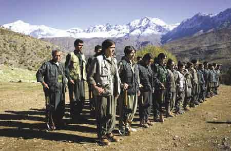 上图:库尔德工人党营地武装人员在受训