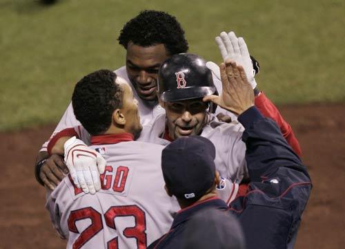 图文:[棒球]红袜VS落基山 麦克和队友庆祝