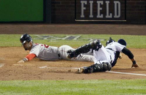 图文:[棒球]红袜VS落基山 麦克踏回本垒