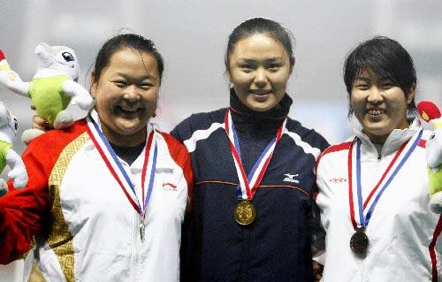 图文:城运会田径开赛 女子链球前三名合影