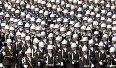 10月29日,土耳其举行盛大阅兵式,展示各类武器。