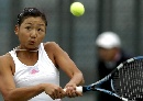 图文:网球女子单打第三轮 周弈妙撅着嘴击球