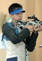 图文:男子50米步枪三种姿势 曹逸飞凝视射击靶