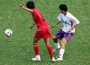 图文:六城会女足武汉西安争四强 同时准备接球