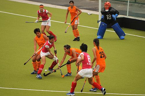 图文:广州女曲3-2胜南京 双方门前陷入混战