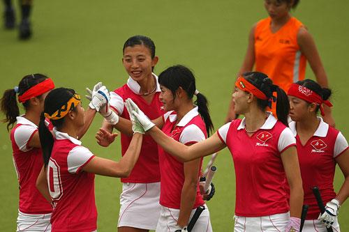 图文:广州女曲3-2胜南京 庆祝比赛取得胜利