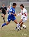 图文:广州女足4-2点杀北京 两队队员拼抢激烈