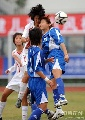 图文:广州女足4-2点杀北京 争顶头球不惜碰撞