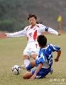 图文:广州女足4-2点杀北京 广州队员倒地铲抢