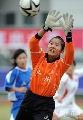 图文:广州女足4-2点杀北京 温秀君接高空球