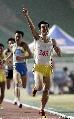 图文:城运男子1500米比赛张国林夺冠 一指擎天
