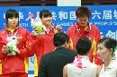 图文:六城会女佩团体赛颁奖南京夺冠 颁发金牌