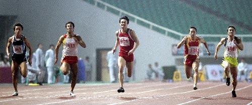 图文:城运会田径比赛 男子100米决赛途中跑