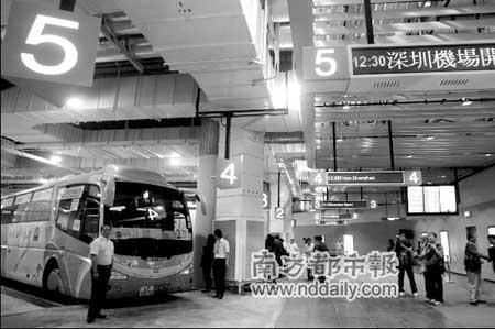 九龙候机楼开往深圳机场的首班直通大巴昨日开出。本报见习记者霍健斌摄