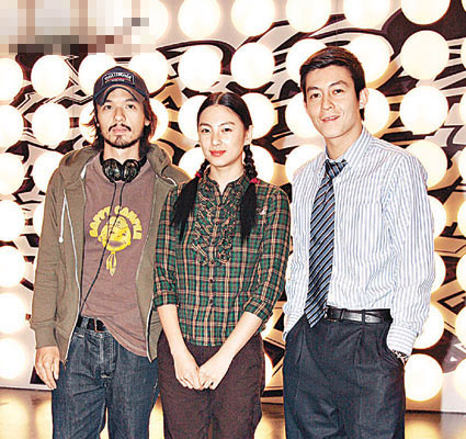 导演冯德伦(中)和张雨绮、陈冠希在记者会上