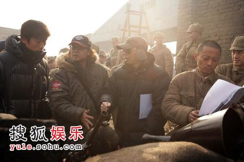 《集结号片场--冯小刚与韩国工作人员讨论