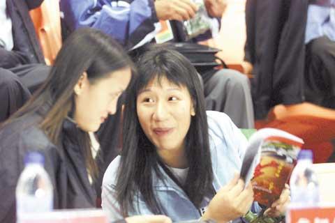 在益阳举行的2005年羽毛球世界杯赛上,唐九红(右)与安化老乡、奥运冠军龚智超在一起