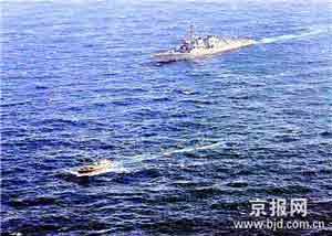 美军舰追击索马里海盗船(资料图1)